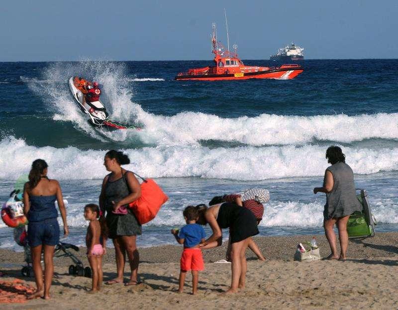 Varias embarcaciones participan en el dispositivo de búsqueda de un hombre ahogado en la playa. EFE/Archivo
