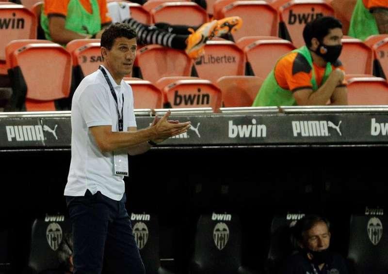 El entrenador del Valencia Javier Gracia da instrucciones a sus jugadores durante un partido. EFE/Archivo