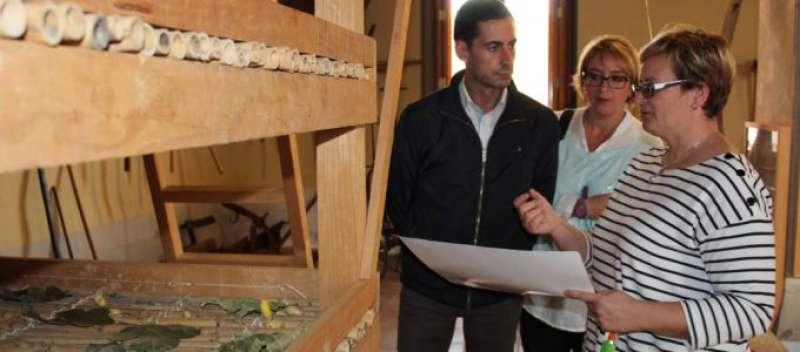 El presidente de la Mancomunitat, Carlos Fernández Bielsa, y la vicepresidenta, Eva Sanz, supervisan el material preparado para los talleres acompaños de la directora del Museu Comarcal, Clara Herrero