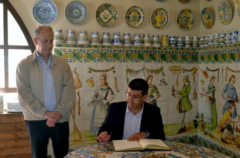 El Presidente de la Diputación firma en el libro de oro de Manises