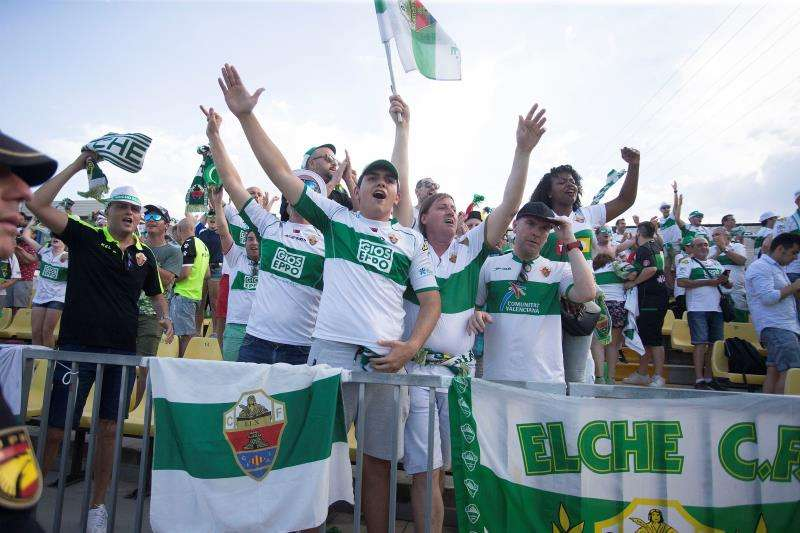 Aficionados del Elche CF celebran el ascenso a Segunda División un año después de su descenso tras superar en la tercera y última eliminatoria de la fase de ascenso al filial del Villarreal. EFE/Archivo