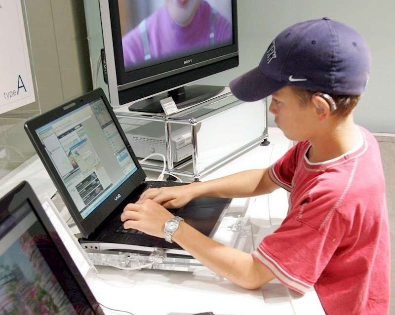 Un niño con un ordenador portátil. EFE