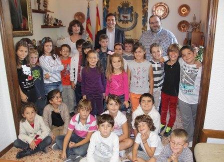 Escolares en el Ayuntamiento de Manises. FOTO: EDPA.