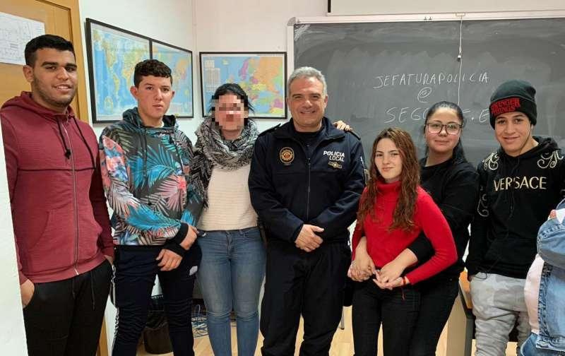 El jefe de la Policía con alumnos del programa