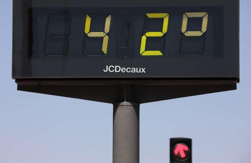 Un termómetro marca la temperatura de estos días. EFE