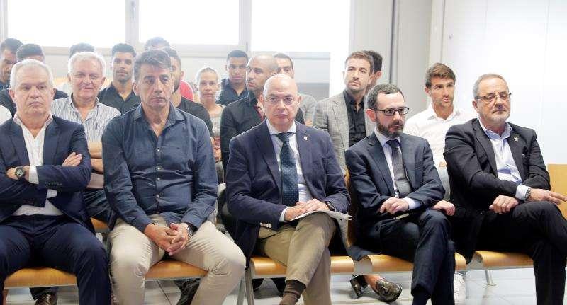 El expresidente del Zaragoza Agapito Iglesias (d) y el exentrenador Javier Aguirre. EFE/Kai Försterling