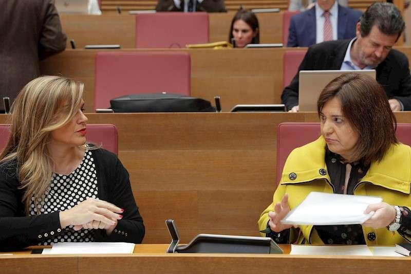 La portavoz del grupo parlamentario popular, Eva Ortiz (i), y la presidenta del PPCV, Isabel Bonig. EFE/Kai Försterling