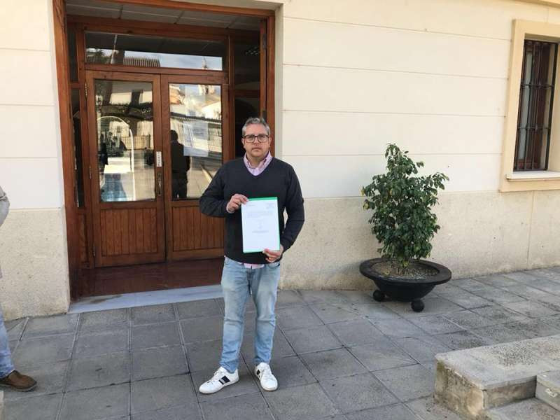 Vicent Conejero, a las puertas del Ayuntamiento de Moncada. EPDA
