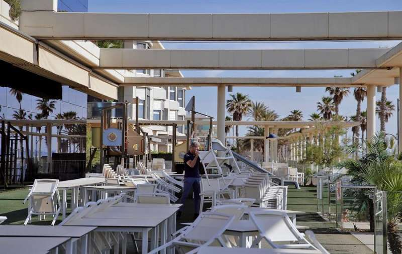 Un restaurante monta una terraza. Archivo/EPDA