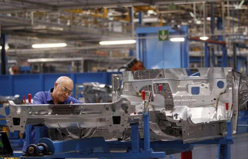 Un operario trabaja en la factoría Ford de Almussafes (Valencia) . EFE
