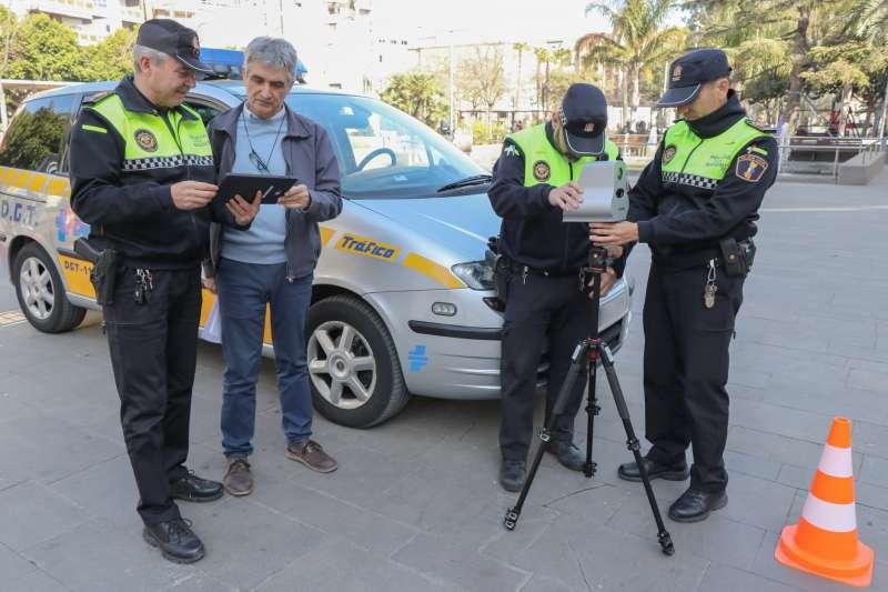 Agents de la Policia Local i el regidor amb el nou vehicle radar de Sagunt. EPDA