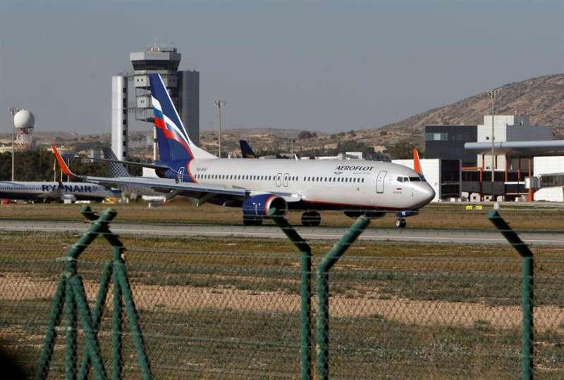 Un avión de la compañía rusa Aeroflot aterriza en el aeropuerto de Alicante. EFE