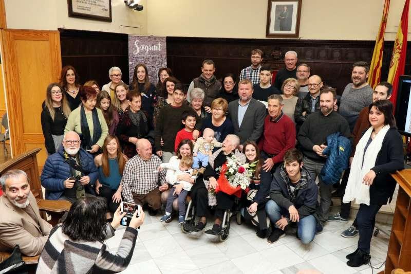 Familiares y amigos de Antonia, de 106 años, con el alcade y concejala de Sagunto en el Ayuntamiento. EPDA