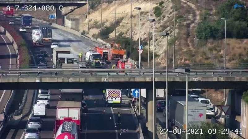 Imagen del carril cortado y del atasco a las 9:22 de la mañana. / Dirección General de Tráfico