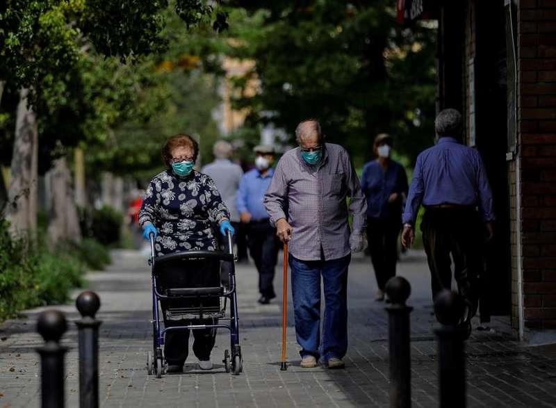 Dos personas mayores pasea por València. EFE/Manuel Bruque/Archivo