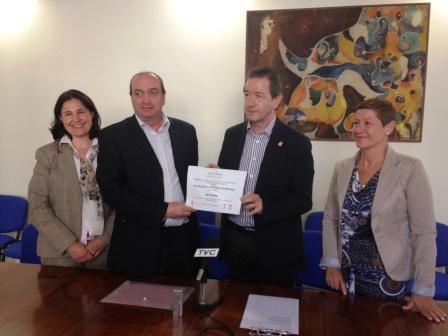 El Alcalde de Segorbe, Rafael Calvo y la Concejala de Turismo, Soledad Santamaría junto con el Presidente de ATURFAM, Carlos Ferrís y Marta Templado, Directora de Turiart. Foto EPDA