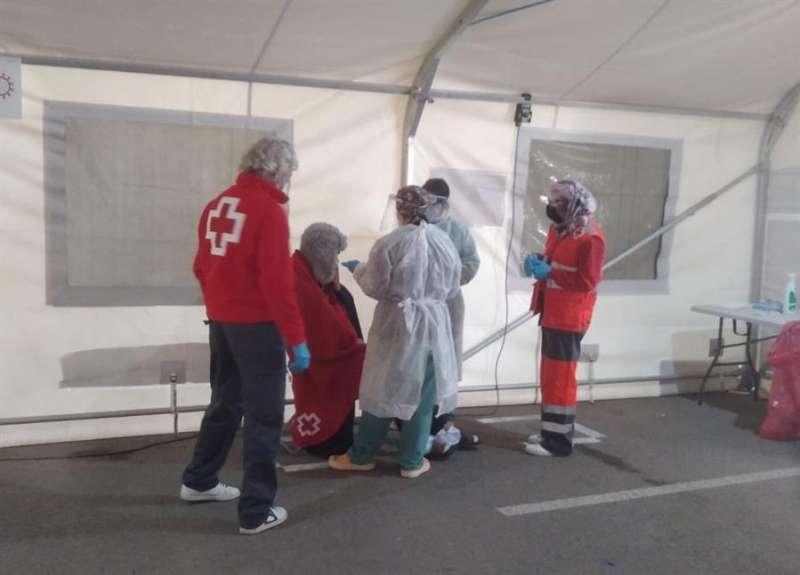 Atención de Cruz Roja a inmigrantes arribados en patera, en una imagen facilitada por la organización humanitaria. EFE