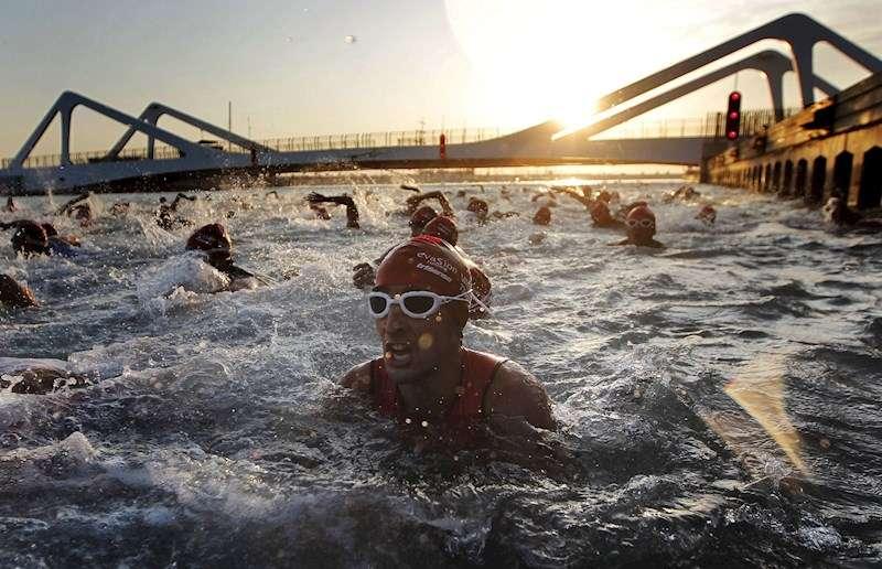 Varios participantes durante la prueba de natación en la categoría olímpica del Valencia Triatlón EFE