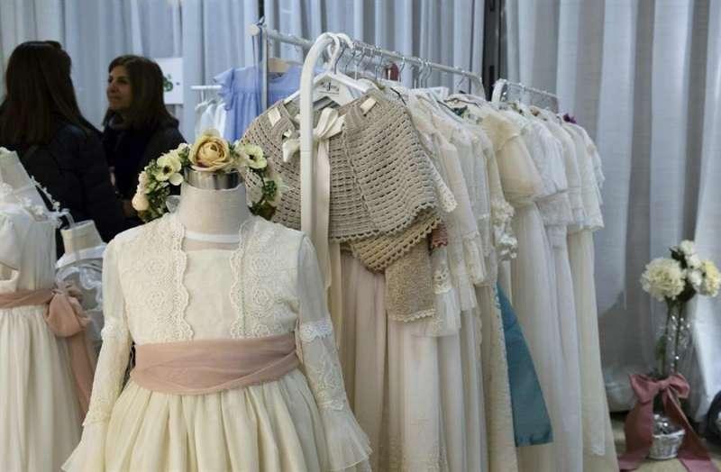 Varios vestidos de comunión. EFE/Archivo