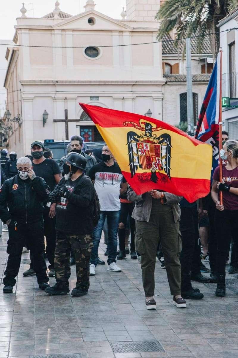 Uno de los manifestantes exhibiendo la bandera franquista