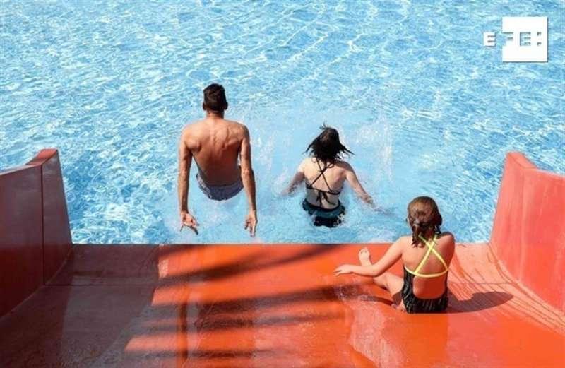 Varios bañistas en una de las piscinas de verano que han abierto este sábado en València. EFE/Ana Escobar