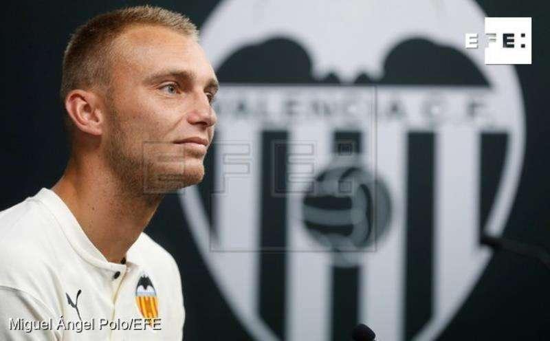 Jasper Cillessen en el acto de presentación como nuevo portero del Valencia. EFE