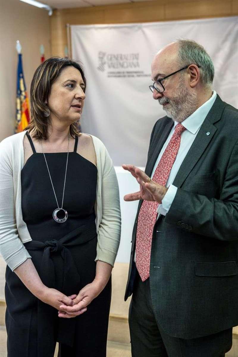 La consellera de Participación, Transparencia, Cooperación y Calidad Democrática, Rosa Pérez Garijo (i), conversa con el exconseller de Transparencia, Manuel Alcaraz (d). EFE