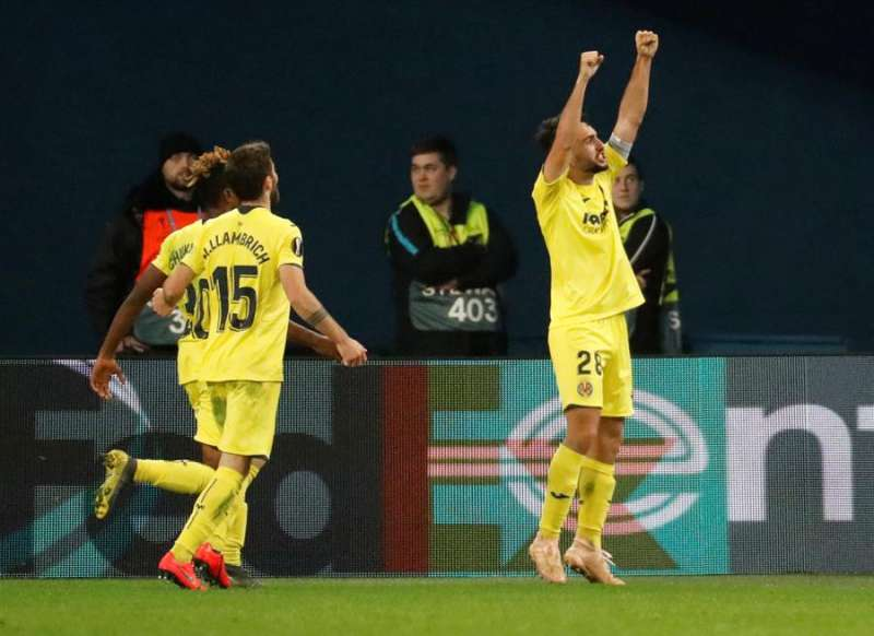 El centrocampista del Villarreal CF Manuel Morlanes (d) celebra un gol. EFE/Archivo
