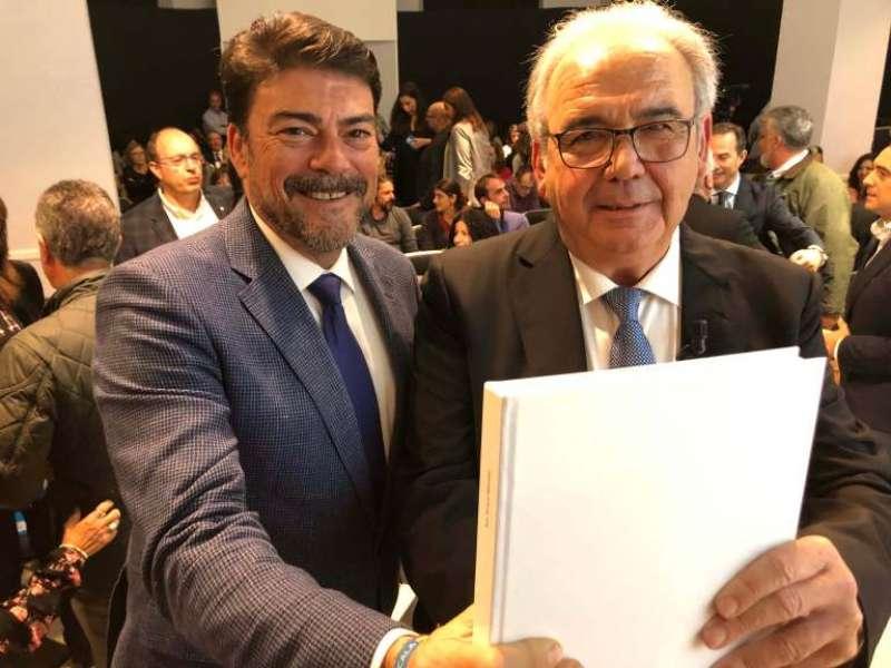 El alcalde Luis Barcala y el autor, Juan Navarro. EPDA