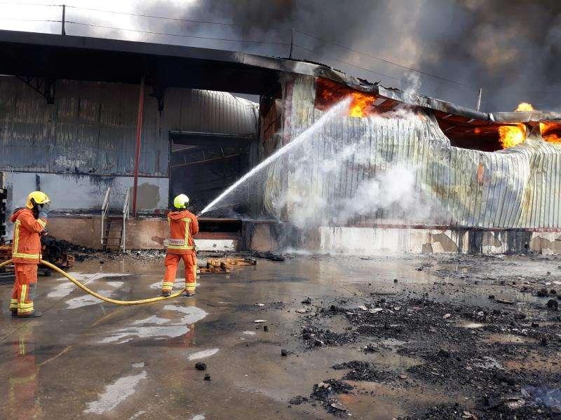 Imagen de incendio, facilitada por el Consorcio de Bomberos. EFE