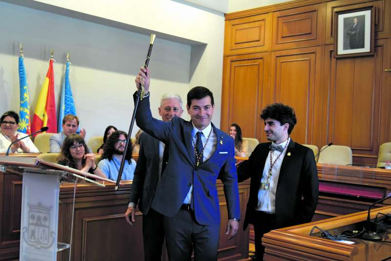 Rafa García levanta la vara de mando tras ser investido alcalde de Burjassot. / epda