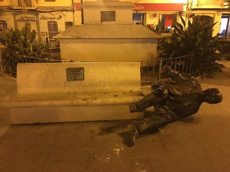 Estatua de Estellés en el suelo en Burjassot. EPDA