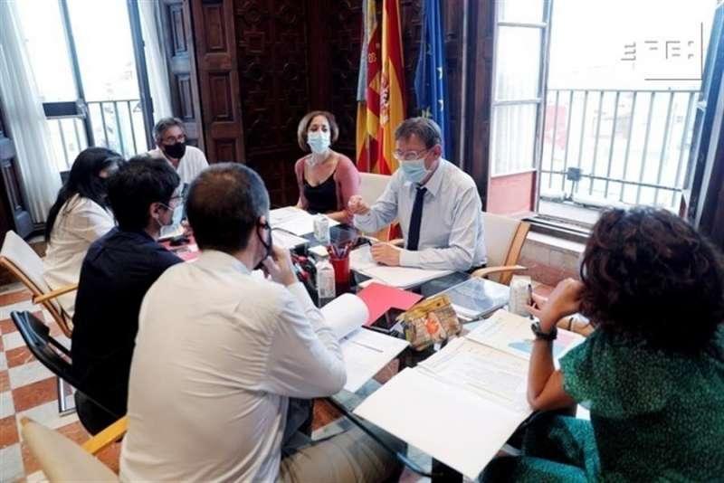 El president de la Generalitat, Ximo Puig (2º d), durante la reunión para preparar el primer debate. EFE