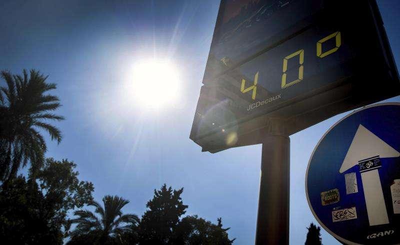 Un termómetro marca 40 grados de temperatura. EFE