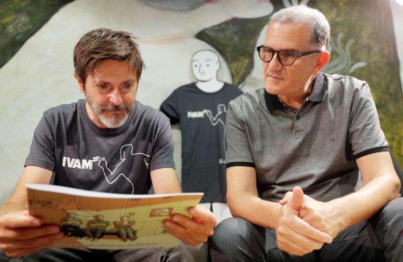 El dibujante Paco Roca (i) y el director del IVAM. EFE