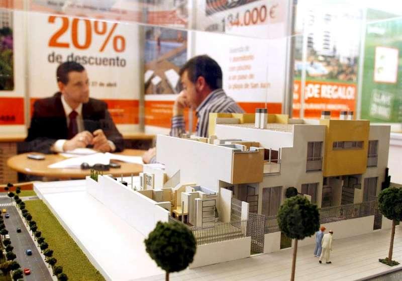 Un expositor en una feria inmobiliaria en Alicante. EFE/Morell/Archivo