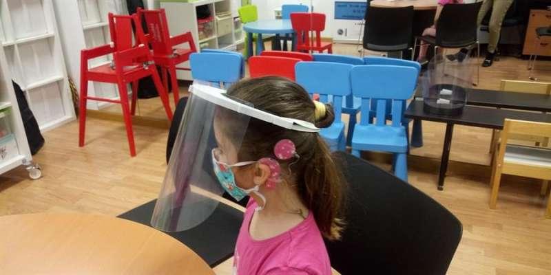 En la imagen, una escolar con mascarilla y pantalla, en una imagen facilitada por el Comité Español de Representantes de Personas con Discapacidad Comunitat Valenciana (CERMI).