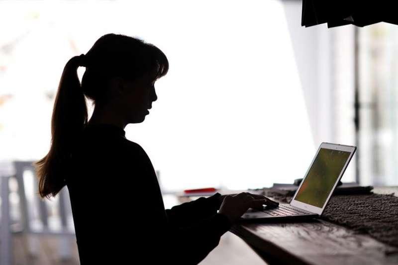 Una estudiante asiste a una clase telemática durante el confinamiento. EFE/Archivo