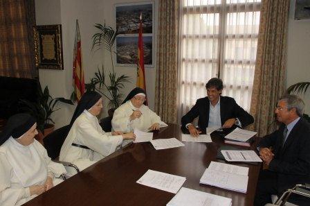 Firma del convenio entre el alcalde y la reverenda Madre Priora. FOTO: EPDA.