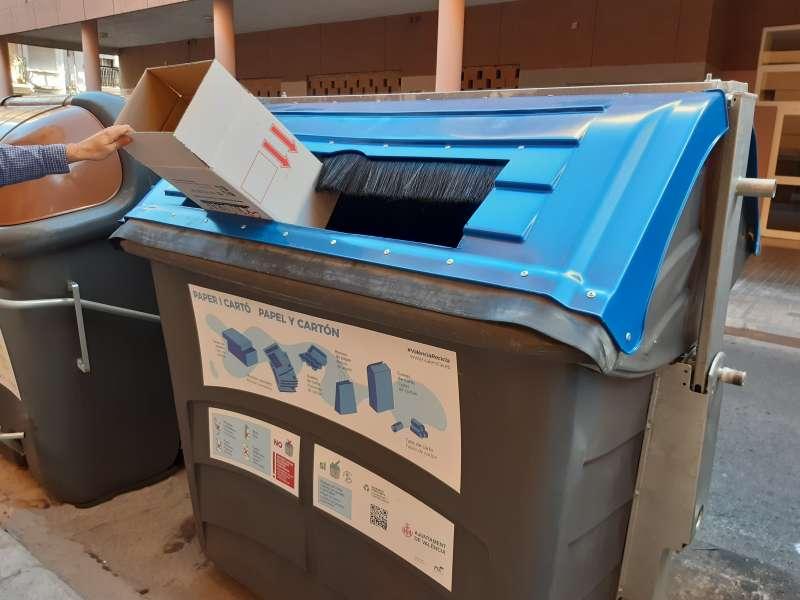 Uno de los contenedores de papel y cartón. EPDA