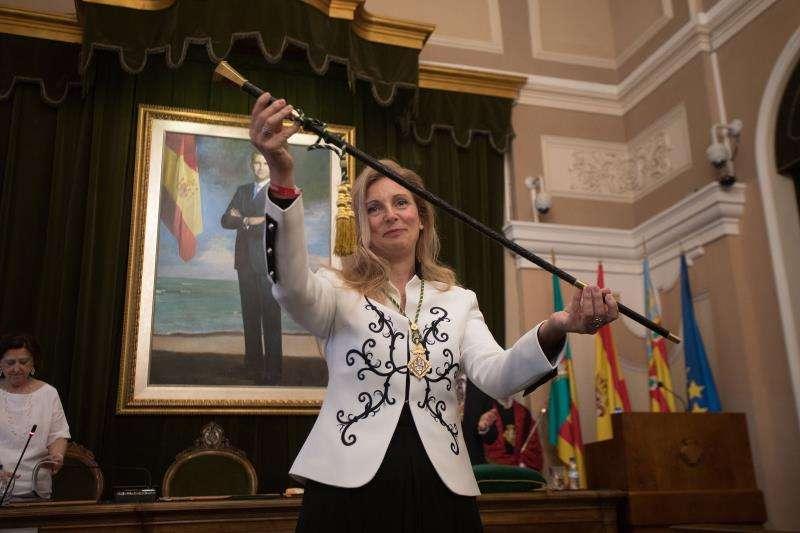 La alcaldesa de Castellón, Amparo Marco, muestra la vara de mando tras haber sido reelegida por mayoría absoluta. EFE/Archivo