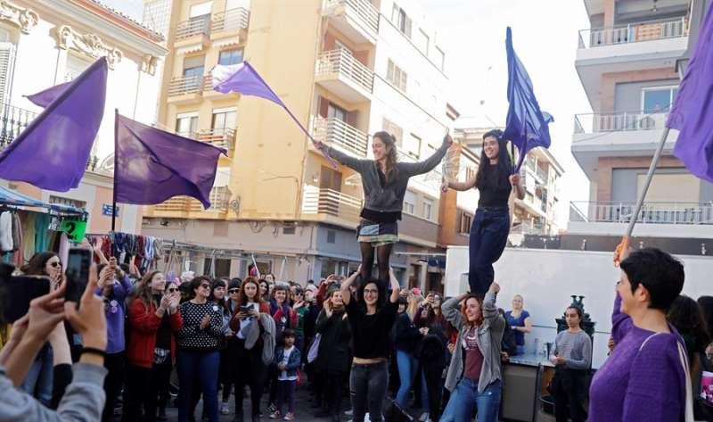 Un grupo de mujeres durante la celebración del 8 de marzo, Día Internacional de la Mujer, en las calles de València. EFE/ Kai Försterling