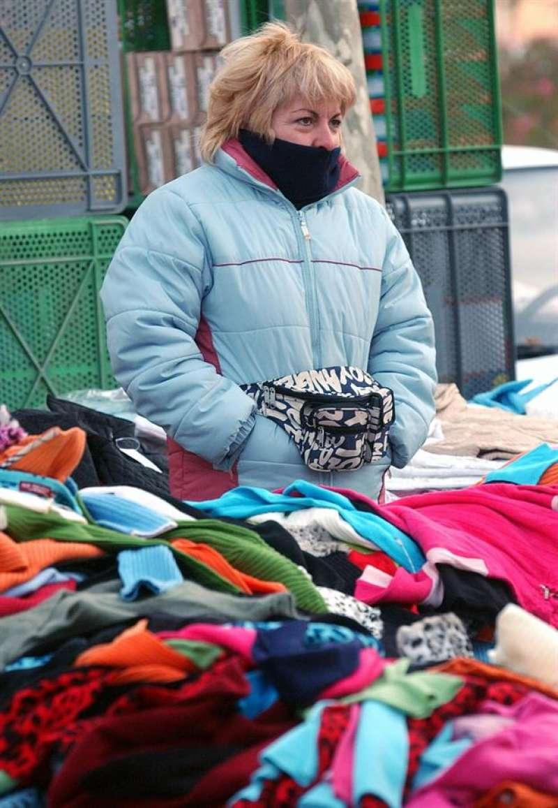 Una vendedora de un mercadillo en una imagen de archivo. EFE/J.C.CARDENAS