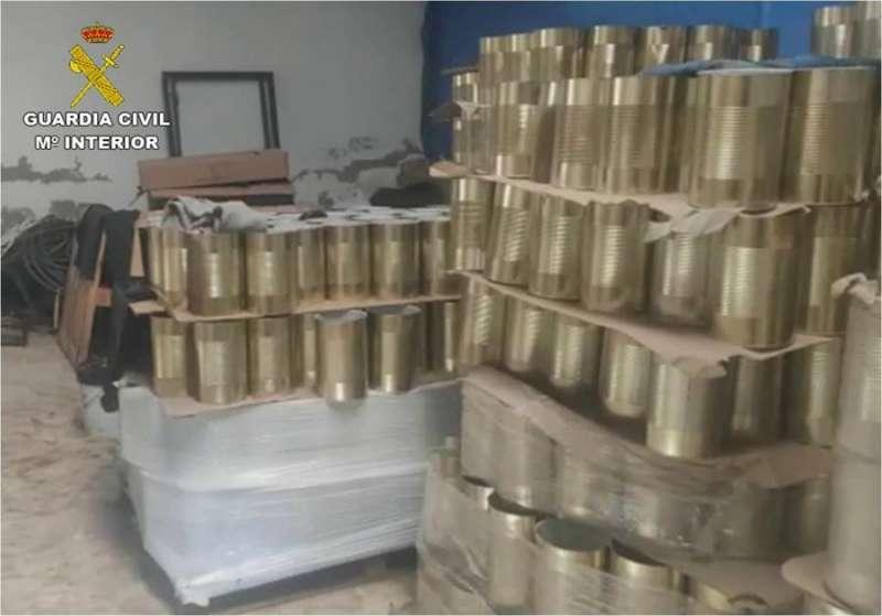 Fotografía facilitada por la Guardia Civil de las latas de tomate donde se distribuiría la marihuana.
