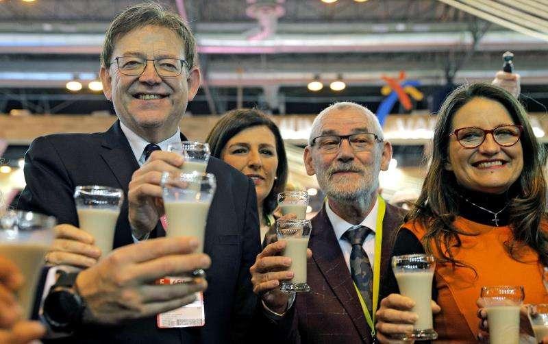 El president de la Generalitat, Ximo Puig (izqda), acompañado por la vicepresidenta Mónica Oltra (dcha), preside el Día de la Comunitat Valenciana en la Feria Internacional de Turismo (Fitur) de Madrid, en una edición en la que la Comunitat ha reforzado la presencia de profesionales para dar protagonismo a productos y experiencias. EFE