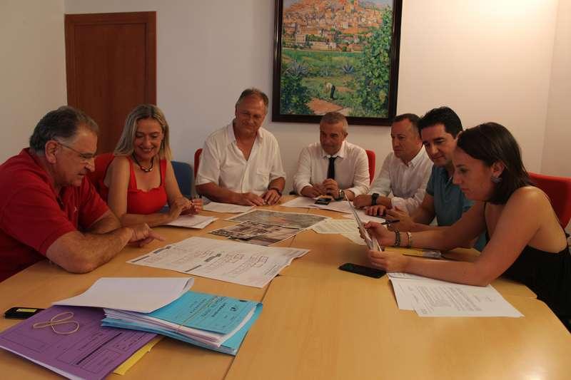 Reunión entre la secretaria autonómica y el alcalde y concejales del Ayuntamiento de Llíria.