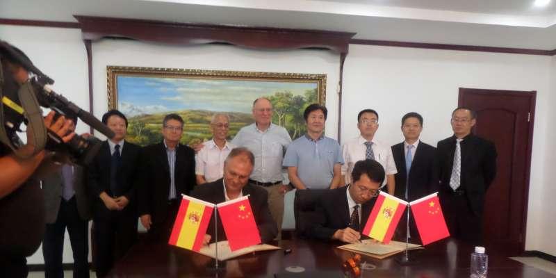 Autoridades de Llíria y de la ciudad china Pinggu durante la firma del convenio de colaboración.