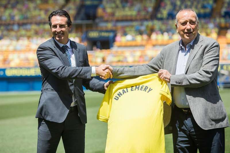 El presidente del Villarreal, Fernando Roig (dr) en el acto de presentación de Unai Emery como entrenador del Villarreal. EFE/Domenech Castelló