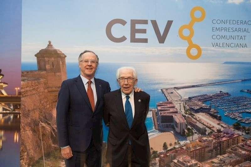 Imagen facilitada por la CEV de Silvino Navarro junto a su hijo en el 40 aniversario de la Confederación Empresarial Valenciana