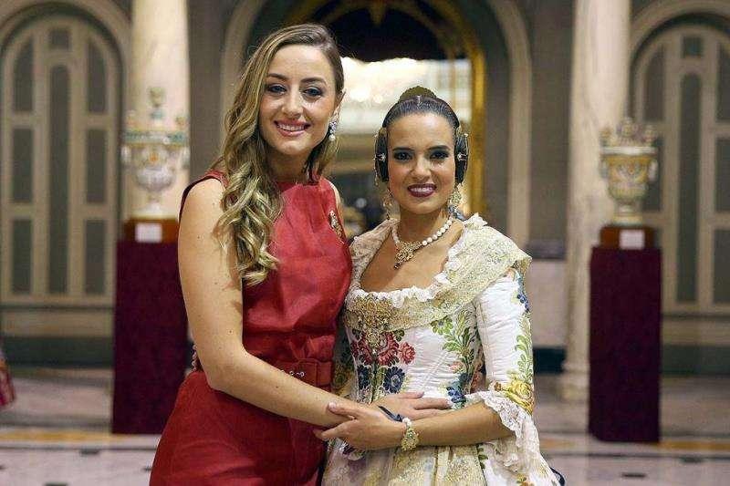 Las falleras mayores del 2018, Rocío Gil (i) y la actual, Marina Civera. EFE
